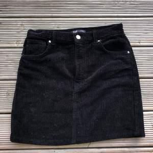Svart manchester kjol från Zara i storlek S. Frakt 42 kronor