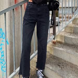 Svarta slitna jeans med detalj i midjan. Supersnygga men lite stora för mig. Lapp sitter kvar, oanvända!