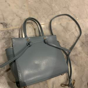 Ljusblå väska från Zara, finns medföljande långt axelband, aldrig använd
