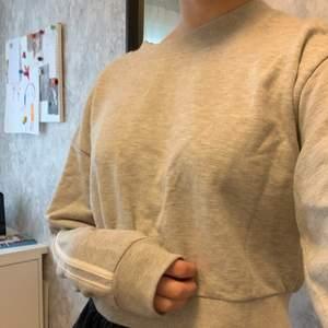 Grå cropad sweatshirt med vita ränder på sidorna. Köpare står för frakt💜💜💜