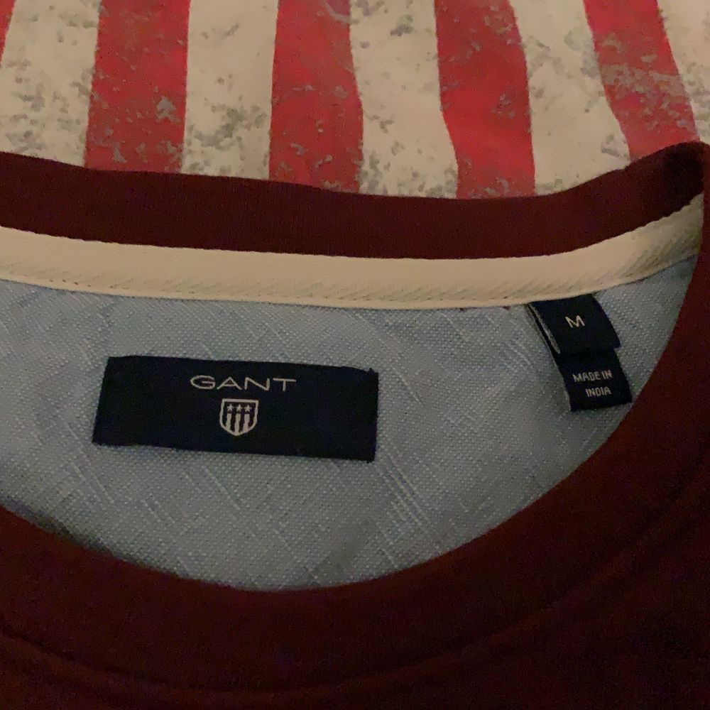 Säljer denna as fina gant tröjan på grund av att den inte kommer till någon användning. Knappt ett år gammal och ser inte alls använd ut. Färgen är vinröd och har ett tryck på bröstet i vitt. Köptes för 1000kr. Kan tänkas att sänka priset vid snabb affär.. Tröjor & Koftor.