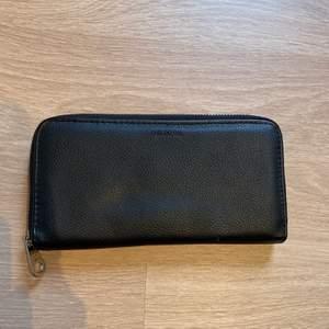 Svart Don Donna plånbok. Stor och rymlig med många olika fack. Jättebra skick, knappt använd. Frakt: 44kr. Köparen står för frakten. Jag står inte för postens slarv!