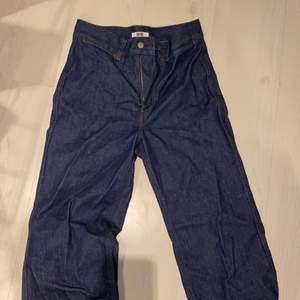 Skit snygga blåa långa jeans. Köpt från uniqlo något år sen. Använt förtal gånger med inga slitningar. Är lite utsvängda men inte mycket. Köpt för 500kr. Möts upp i malmö eller köparen står för frakten, 100kr