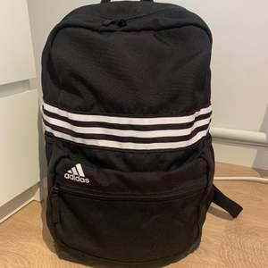 Svart Adidas ryggsäck i bra skick. Ett litet ytterfack på framsidan och ett innerfack inuti det stora facket. Två flaskhållare, en på var sida. Normalstor ryggsäck. Köparen står för frakten. Jag står inte för postens slarv! Frakt: 66kr.
