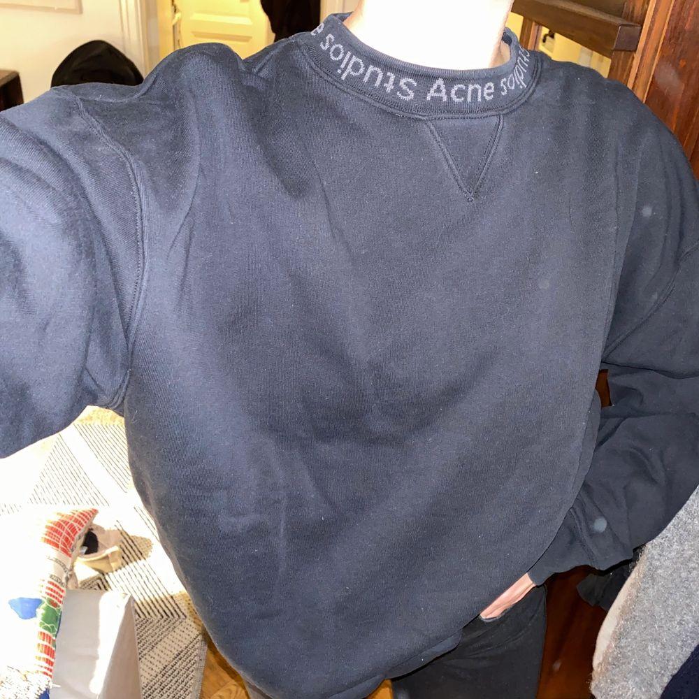 En svart sweatshirt ifrån Acne! Jätteskön och sitter fint. I bra skick! . Huvtröjor & Träningströjor.