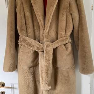 säljer denna otroligt fina Sandro kappa. Den är perfekt nu till höst och vinter! Köpte den på Nk sandro butik för 5000kr den är i storlek 36 och endast använd 2 gånger.