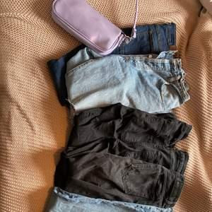 Sicka för fler bilder och om ni vill se hur de sitter på, priset är varierande😘 De mesta är i bra sick och har jätte fina passformer, från många olika märken, finns för alla olika stilar, vida jeans, mom och tighta jeans💗 frakt tillkommer😘