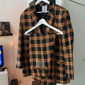 En kostym från ASOS COLLUSION. Använd en gång!  Kavajen är storlek 44/UK 16 och byxorna är storlek 42/UK 14.