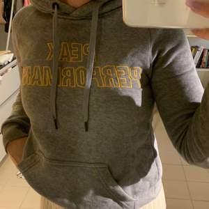 Säljer denna gråa Peak Performance hoodie i storlek XS. Den är använd ett fåtal gånger och är i toppen skick. Skriv vid frågor!