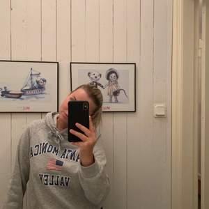 En snygg college hoodie från Ginatricot nästan helt ny använd ca 2 gånger. Frakt tillkommer!!