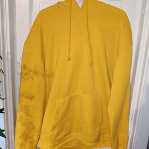Snygg, mysig, gul hoodie från Jack & Jones. Storlek L. Skick 9/10, knappast använd. Köparen står för frakt, alternativt kan vi mötas upp i Växjö.