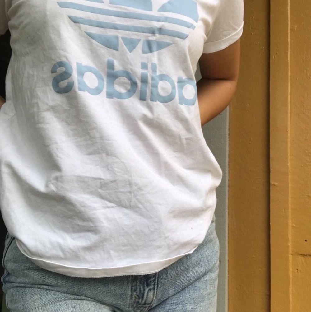 As snygg och bekväm adidas T-shirt köpt på Åhléns för ca 300, för bara nån månad sen, knappt använd så den är som ny.. T-shirts.