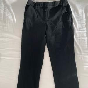 Svarta kostymbyxor från H&M i fint skick, använda ett fåtal gånger. Säljer pga för små i storlek💓 Frakt: Spårbart, upp till 1kg - 63kr:) Betalning sker via swish