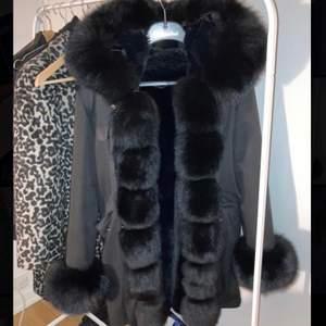 Intresse koll på min päls parka från Garoff! Så fluffig och varm päls på insidan och insidan av luvan, köpt på garoff butiken i Solna🌸