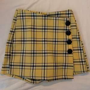 Gul rutig kjol från bershka som är ett par byxor under! Super fin och jätte skön!