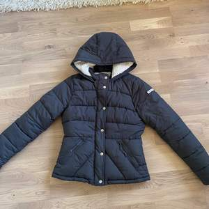 Varm vinterjacka med mysig fordring i hela jackan. Köpt för ca 2-3 år sedan inte använd på ca 1 år. Ganska bra skick. Lite tajt i storleken.