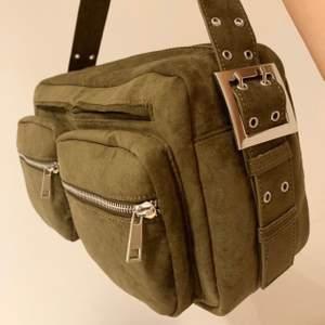 Väska från Zalando, jätte fin. Stor å rymlig med många fack! Fin grön färg