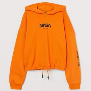 en croppad orange nasa hoodie köpt på hm förra året. den ser ut som på första bilden, fast utan snöret där nere, priset är inklusive frakt
