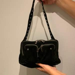 Säljer min Nunoo bag i svart mocka som är köpt på deras egna hemsida (nunoo.dk). En rymlig väska som passar till allt. Mått: L:24cm x H:16cm x D:10cm. Kontakta mig för mer bilder och andra bud. Frakt: 59