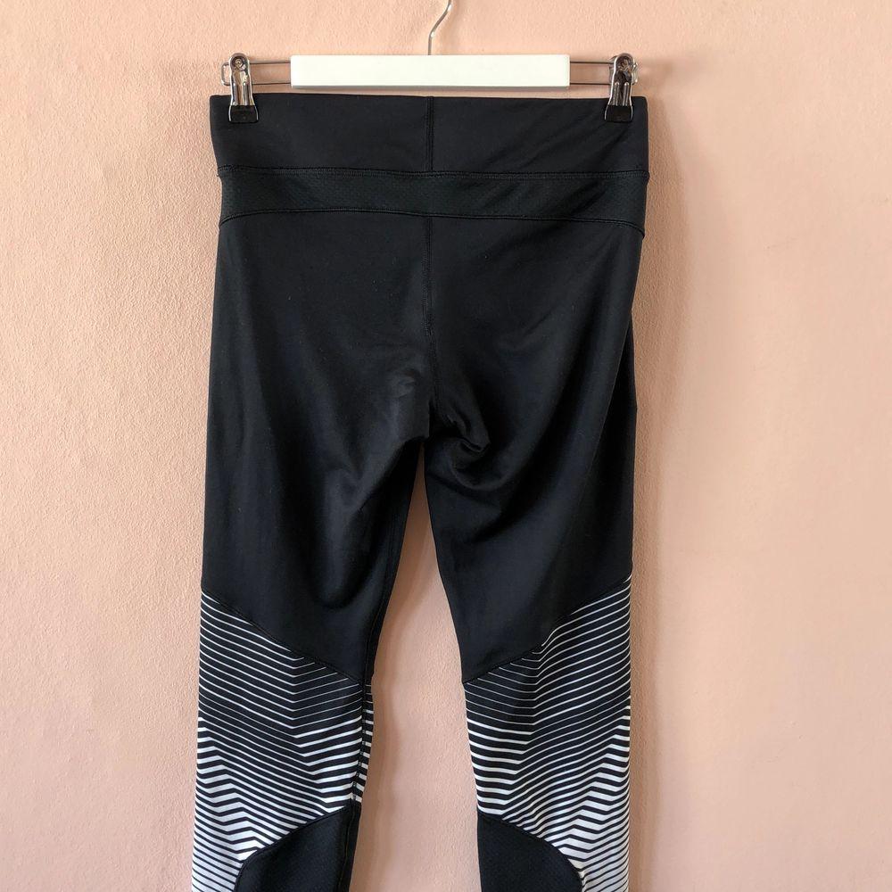 Fina träningstights från under Armour i lite tjockare material, så perfekta för höst och vinter. . Jeans & Byxor.