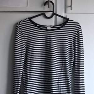 Svart-vit långärmad tröja, storlek XS men kan funka för S också✨✨ 60kr+frakt💕