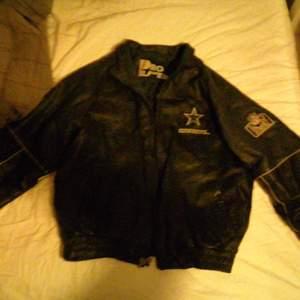 Retro läder jacka storlek xl bra skick bra läder bra köp helt enkelt swisha mig helst