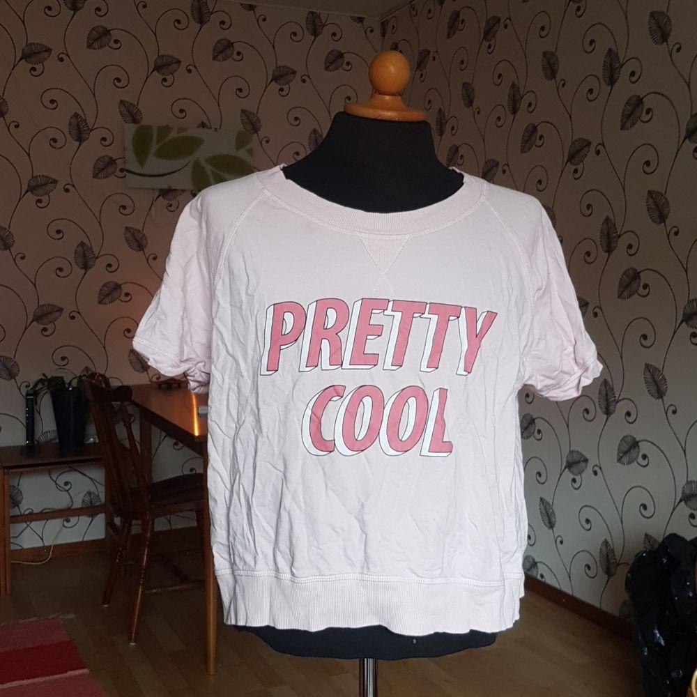 Denna rosa t-shirt säljes pga legat i garderoben allt för många år utan att användas. Gullig och mjuk! Passar S och M.. T-shirts.