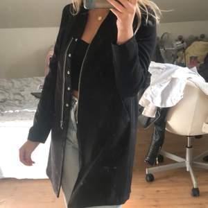 Säljer min svarta kappa i storlek 34. Lite tunnare så passar perfekt nu till hösten. Knappt använt då den är i fint skick. (Det är spegeln som är smutsig)💕