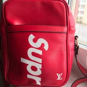 Riktigt fet väska, bra kopia och är helt ny.
