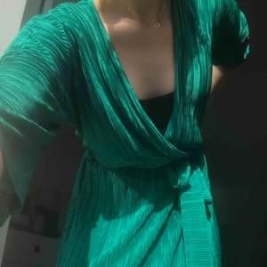 Oanvänd klänning från Gina Tricot som når vaderna, plisserad!