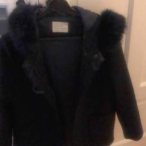 Mörkblå kappa med fuskpäls från zara knappt använd