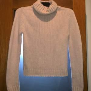 Säljer en jättefin stickad tröja med krage i strl S från märket att. Den är i fin ljusrosa färg o väldigt mysig, men tyvärr lite liten för mig. Använd enstaka gånger. Hör av er vid frågor, betalning sker via swish. 😊