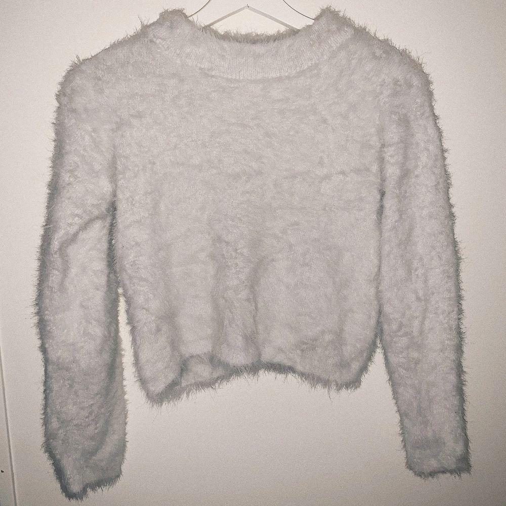 Vit fluff tröja, suuuuuper mysig! Köpt på barnavdelningen på H&M passar bra på xS - S men den är super strechig så passar M & större M med 💓 den är croppad på mig som är 1,60, size M ⚡️. Huvtröjor & Träningströjor.