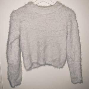 Vit fluff tröja, suuuuuper mysig! Köpt på barnavdelningen på H&M passar bra på xS - S men den är super strechig så passar M & större M med 💓 den är croppad på mig som är 1,60, size M ⚡️