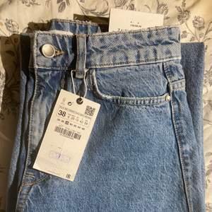 Superfina jeans ifrån Zara som inte kommit till användning då jag råkade beställa ett par likadana som jag redan har. Storlek 38 men passar mig toppen som har 36 också. Endast testade och med prislappen kvar! Kan mötas upp på gröna linjen eller frakta. ☺️💕💕