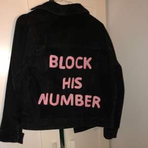 Snygg svart/grå jeans jacka designad med eget motiv på ryggen. Jackan är i stl S och passar även XS! Hör gärna av dig för fler frågor! Sparsamt använd.