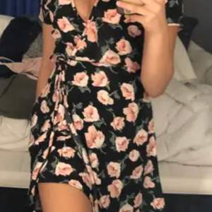 En blödning omlott kläning perfekt till sommaren💕💕 Är i bra skick och har bara andvända få tal gånger😍 Säljer för 160kr och köparen står för frakten