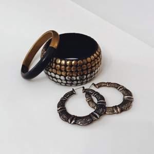 En samling smycken i mässing och silverfärg, metall och trä. Toppenskick!