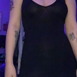 En kort svart klänning som jag aldrig använt förutom på bilden. Supermjukt material och väldigt stretchig! Kan även funka som nattlinne om man så önskar 🖤Från Pretty Little Thing. Frakt 42kr.