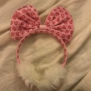 """öronmuffar med hjärtan från kawaii shop! Så himla söta o väldigt mycket  """"kawaii"""" o """"lolita"""" stil! Har aldrig använt dem utan bara provat🤗 säljer eftersom jag inte använder dem och har en helt annan stil! 150kr +frakt eller mötas upp i Stockholms området🥰"""