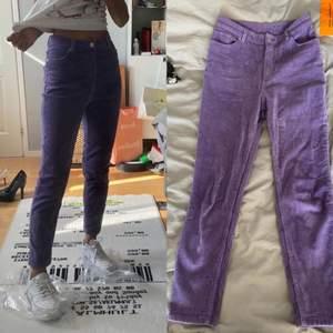Ett par lila byxor från Monki, fint skick - har använts flera gånger! Tyg är manchestertyg om jag minns rätt. 🌟