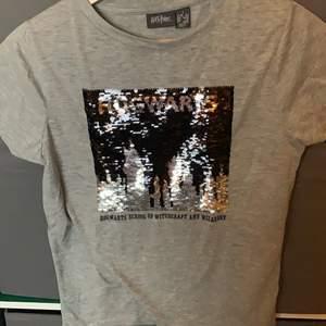 En tröja med paljetter som föreställer Hogwarts. Aldrig använd. Strl: S pris: 40kr+ frakkt