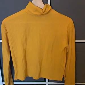 En gul ribbad polotröja, lite genomskinlig strl: xs pris: 40kr+frakt