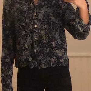 PRIS = DISKUTERBART!! köpare står för frakt. tröjan är i gott skick och är nästintill oanvänd😚
