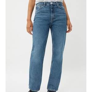 Säljer dessa snygga weekday jeans i den populära modellen voyage. Älskar dom men tyvärr var de för små för mig, därav helt oanvända. Storlek 26/32.