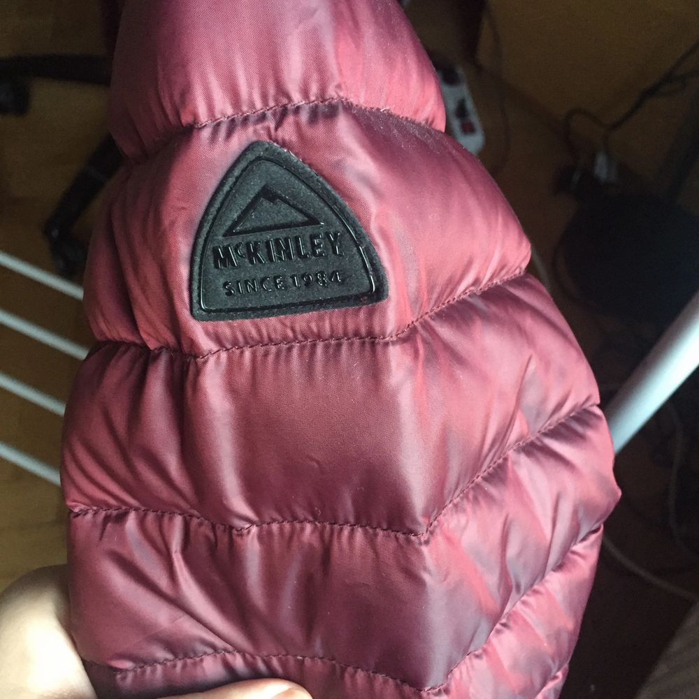 Jätte fin unik mckinley jacka, med vinröd sig färg. Den är i storlek 40 =M. Inga defekter och är knappt andvänd!. Jackor.