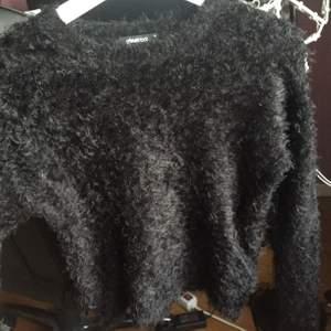 Fin fluffig svart tröja, och väldigt gott skit på tröjan. Storlek XS men den är strechig så kan passa s oxå!
