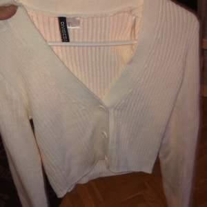Snygg vit kofta! Aldrig använd pga för liten. Köptes nu under jul så är så ny den kan bli ;) ribbat material.