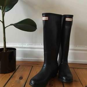 Klassisk stövel från Hunter. Köpt ny för 1399 SEK. - Vattentät - Naturligt gummi - Handgjord  Hunter Originals Tall Wellington Rain Boots, Black, 39 Bought new for 130 euros, in perfect condition. Perfect for rainy spring days!