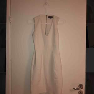 Jättefin beige klänning från TopShop. Storlek 34/XS som sitter sjukt snyggt. Knappt använd.